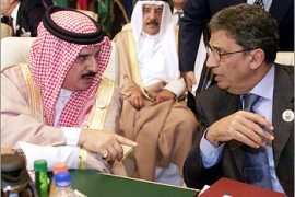 Bahrain's King Hamad Bin Isa al-Khalifa (L) talks to Amr Moussa, Arab League Secretary General before the closing session of an Arab League summit March 1, 2003 in Sharm el-Sheikh. Arab foreign ministers dismissed on Friday U.S. pressure to urge President Saddam Hussein to resign, as Arab leaders meet for talks on bridging long-standing rifts and averting war.    REUTERS/Aladin Abdel Naby