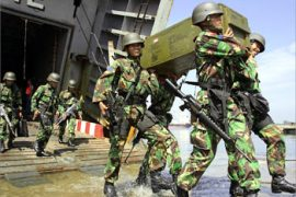 "Indonesian marines from battalion four Cilandak unload ammunition after their arrival at Krueng Geukueh harbour in North Aceh,17 May 2003.  The Tokyo talks have been described as the last chance to save a five-month-old peace pact and avert a major ""security operation"" in the province"
