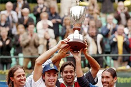 F_The Chilean team (from L to R):  Oratio de la Pena (Team leader) ,Nicolas Massu, Fernando Gonzalez and Marcello Rios hold their trophy after winning the Tennis World Team Cup in Dusseldorf 24 May 2003. Chile won the cup after defeating the Czech team 2 to 1. AFP PHOTO DDP/PATRIK STOLLARZ     GERMANY OUT