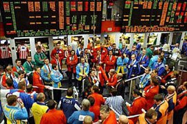 f: Traders are seen on the trading floor at the International Petroleum Exchange in London, 29 July 2004.