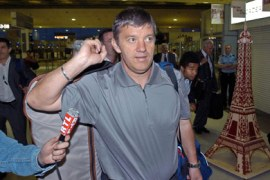 afp – (ARCHIVES) – Photo taken 26 Jne 2004 at Roissy airport shows the former coach of the French national team during his return to France after the Euro 2004 cup in