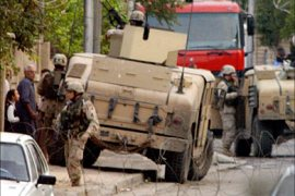 f_US troops secure the area near the house of Iraq's interim