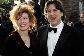 Nancy Crowe and her husband Cameron Crowe arrive at the 2005 Vanity Fair Oscar Party at Mortons in West Hollywood February 27, 2005.    REUTERS/Kimberly White