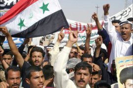 f_Holding the national flag, Iraqi Sunni and Shiite Arabs demonstrate for Iraqi unity and against