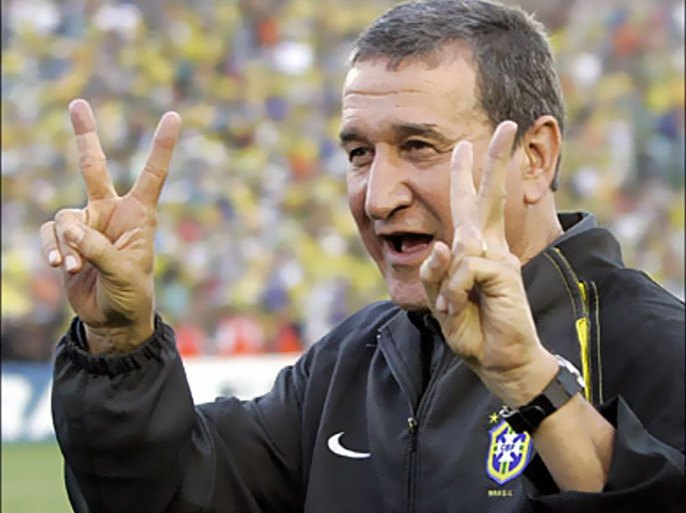 R/Brazilian head coach Carlos Alberto Parreira celebrates after the team won Chile in their World Cup 2006 qualifying soccer match at Mane Garrincha stadium in Brasilia, Brazil September 4, 2005. Brazil won the match 5-0. REUTERS/Sergio Moraes