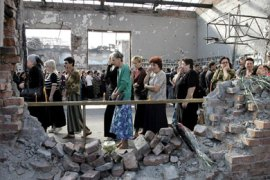 Victim's relatives cry at the sport hall of Beslan's school # 1, 01 September 2005, during the commemoration of the Beslan massacre that left 318 civilians dead,