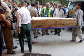 AFP –  Afghan workers carry a coffin allegedly containing a Japanese person reported missing, at the Ministry of Health Presidency of Medical Jurisprudence in Kabul, 02 Sebtember