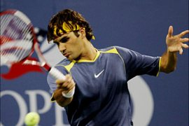 R/Switzerland's Roger Federer hits a return to Belgium's Olivier Rochus during their match at the U.S. Open tennis tournament in Flushing Meadows, New York, September 4, 2005.  REUTERS/Mike Segar