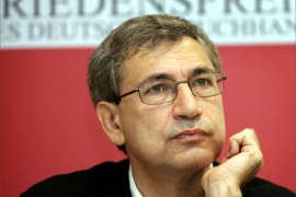 Turkish novellist Orhan Pamuk gives a press conference 22 October 2005 during Frankfurt's international Book fair, before receiving the Peace Prize of the German Book Trade on 23 October.