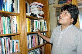 f_Coca growers' leader Evo Morales, winner of the presidential election in Bolivia Sunday, looks in the bookshelves