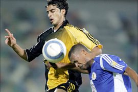 f_Omani Imad al-Hosan (L) of Qatar club vies with al-Khor Mohammad Jumaah of Bahrain during their Qatar championship match in Doha 17 December 2005.  AFP PHOTO/KARIM JAAFAR