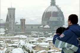 r_A tourist takes pictures of the Duomo after snow blanketed the central Italian city of Florence December 29, 2005.    REUTERS/Stringer
