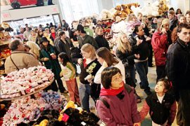 f_Crowds of shoppers make their way through the F.A.O. Schwarz toy store 23 December 2005 in New