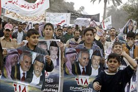 f_Holding posters with pictures of the three leaders of the main Sunni political parties forming the 'National Concord