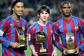r_Barcelona's Brazlian soccer player Ronaldinho (L), Samuel Eto'o (R) from Cameroon show their FIFA world player trophies and Argentinan Leo Messi (C) with his Golden Boy Trophy before their Spanish League soccer match against Celta at Nou Camp Stadium in Barcelona, Spain, December 20, 2005. REUTERS/ Albert Gea