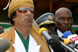 Libyan leader Moamer Khadafi (L) gives a joint press conference with his Senegalese counterpart Abdoulaye Wade 04 April 2006