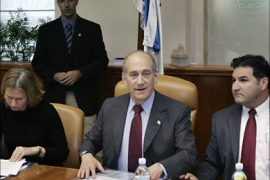 r_Israeli Prime Minister Ehud Olmert (C), Foreign Minister Tzipi Livni (L) and cabinet Secretary Yisrael Maimon (R), attend the weekly cabinet meeting in Jerusalem October 29,  2006