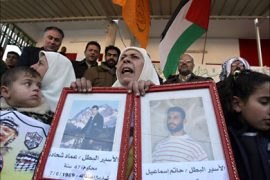 f_Relatives of Palestinian prisoners hold images of loved ones as they protest calling for their release from Israeli jails inside the grounds of the Red Cross offices in Gaza City