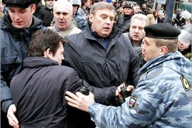 AFP /  Russia police try to arrest former Russian Prime Minister and leader of opposition movement Mikhail Kasyanov (C) during a rally in central Moscow, 14 April 2007. Thousands of