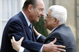 r_France's President Jacques Chirac (L) greets Palestinian President Mahmoud Abbas in the courtyard of the Elysee Palace in Paris April 17, 2007.
