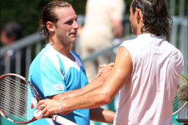 f_Argentinian David Nalbandian (L) shakes hands with Italian Federico Luzzi at the end of their Monte Carlo ATP Masters Series tournament   tennis first round match 16 April 2007
