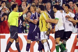 afp – Real Madrid's Guti (2ndL) and goalkeeper Iker Casillas (C) protest to referee Turienzo Alvarez (L) during their Spanish league football match
