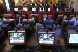 r_People use computers inside an Internet cafe in Xining, northwestern China's Qinghai province, in this November 10, 2006 file photo. A new grass-roots movement is underway