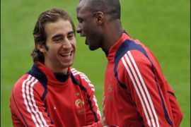 AFP PHOTO / French captain Patrick Vieira (R) jokes with teammate Mathieu Flamini during a training session on June 8, 2008 at the Letzigrund Stadium in Zurich on the eve of their first Euro 2008