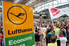 epa01427063 A total of 1,200 employees of Lufthansa Technik are on strike in Hamburg, Germany, 30 July 2008. The labour dispute is set to continue open-ended as service