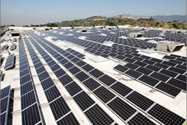 /AFP: Solar panels cover the roof of a Sam's Club store that was toured by California Gov. Arnold Schwarzenegger and Wal-Mart officials before their press conference on Earth Day, April 22, 2009 in Glendora, California. Following the tour, the governor and Wal-Mart