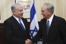 Israel's Prime Minister Benjamin Netanyahu (L) shakes hands with U.S. Middle East envoy George Mitchell during their meeting in London August 26, 2009, in this picture