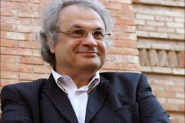 epa01878379 Lebanese writer Amin Maalouf looks on during the presentation of the Spanish edition of his latest book entitled 'El desajuste del mundo'