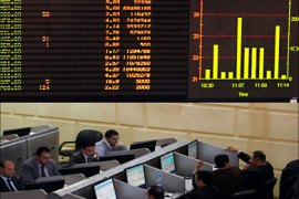 r_Traders work at the Egyptian Stock Exchange in Cairo March 23, 2011. The Egyptian stock exchange's broad index tumbled 9 percent on Wednesday after the bourse reopened