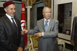 r_Tunisia's Prime Minister Beji Caid Essebsi (C) meets with Chairman of the National Transitional Council of Libya, Mustafa Abdul Jalil (L), as Tunisian Defence Minister