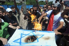 f_Egyptians burn an Israeli flag during a demonstration outside the Israeli embassy in Cairo on August 19, 2011 after Egyptian policemen were killed on the border with Israel the day before as Israeli troops pursued militants behind a deadly