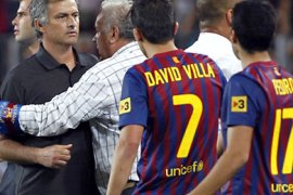 epa02870332 Real Madrid's coach Jose Mourinho (C) and Barcelona players David Villa (2-R) and Pedro (R)