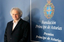 epa02403443 Libanese writer Amin Maalouf poses prior to his press conference in Oviedo, Asturias, Spain, 20 October 2010. Maalouf will be presented the 2010 Prince of Asturias Award for Letters during a ceremony in Oviedo on 22 October.