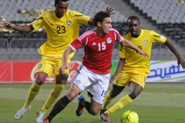 "Mozambique's defenders Zainadine Junior (R) and Edson ""Mexer"" Sitoe challenging Egypt's midfielder Mohamed ""Gedo"" Nagy during their African zone group G qualifying football match for the 2014 World Cup in the Mediterranean city of Alexandria on June 1, 2012. AFP PHOTO/STR"