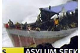 a channel 7 tv framegrab of a photo released by the west australian on december 15, 2010 shows a survivor (c) from an asylum boat full of refugees which was smashed by violent seas against the jagged coastline of australia's christmas island (الفرنسية)