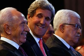 U.S. Secretary of State John Kerry (C) is joined by Israeli President Shimon Peres (L) and Palestinian President Mahmoud Abbas at the World Economic Forum on the Middle East and North Africa at the King Hussein Convention Centre, at the Dead Sea May 26, 2013.  REUTERS/Jim Young  (JORDAN – Tags: POLITICS BUSINESS)