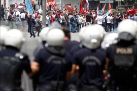 Protesters are confronted by police during a demonstration at Kizilay square in central Ankara June 16, 2013. Thousands of people took to the streets of Istanbul overnight on Sunday, erecting barricades and starting bonfires, after riot police firing teargas and water cannon stormed a park at the centre of two weeks of anti-government unrest. Lines of police backed by armoured vehicles sealed off Taksim Square in the centre of the city as officers raided the adjoining Gezi Park late on Saturday, where protesters had been camped in a ramshackle settlement of tents.        REUTERS/Dado Ruvic (TURKEY  – Tags: CIVIL UNREST POLITICS)
