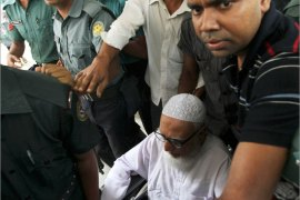 epa03788605 Former Jamaat-e-Islami leader Ghulam Azam (C) is escorted by security people as he is taken to the court for the verdict in Dhaka, Bnagladesh 15 July 2013. The war crimes tribunal has given Ghilam Azam 90 years in jail as he has been accused of being the main man and the overseer of the war crimes during 1971. The Jamaat-e-Islami has rejected the verdict and called a day long country wide strike.  EPA/ABIR ABDULLAH