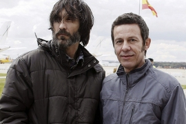 El Mundo correspondent Javier Espinosa (R) and freelance photographer Ricardo Garcia Vilanova arrive at the military airbase in Torrejon de Ardoz, near Madrid, on March 30, 2014. Two Spanish journalists taken hostage in Syria by an Al-Qaeda-linked group walked free after six months in captivity and were heading back to Spain today, their friends and colleagues said.  AFP
