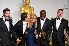 epaselect epa04107403 (L-R) US producers Anthony Katagas, Jeremy Kleiner, Dede Gardner, British director Steve McQueen and US producer Brad Pitt hold their Best Picture Oscars for '12 Years a Slave'