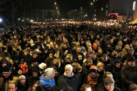 People attend a memorial service for victims of deadly attacks on a synagogue and an event promoting free speech, in Copenhagen February 16, 2015. Tens of thousands of Danes gathered at torch-lit memorials around the country on Monday, commemorating the victims of the shooting that has shocked a nation proud of its record of safety and openness.   REUTERS/Linda Kastrup/Scanpix (DENMARK – Tags: CIVIL UNREST CRIME LAW RELIGION) ATTENTION EDITORS – THIS IMAGE HAS BEEN SUPPLIED BY A THIRD PARTY. FOR EDITORIAL USE ONLY. NOT FOR SALE FOR MARKETING OR ADVERTISING CAMPAIGNS. DENMARK OUT. NO COMMERCIAL OR EDITORIAL SALES IN DENMARK. NO COMMERCIAL SALES. THIS PICTURE IS DISTRIBUTED EXACTLY AS RECEIVED BY REUTERS, AS A SERVICE TO CLIENTS