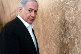 Israel's Prime Minister Benjamin Netanyahu stands next to the Western Wall, Judaism's holiest prayer site, during a visit in Jerusalem's Old City February 28, 2015. REUTERS/Marc Sellem/Pool (JERUSALEM – Tags: POLITICS RELIGION TRAVEL)