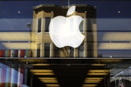 The Apple logo is pictured on the front of a retail store in the Marina neighborhood in San Francisco, California in this file photo from April 23, 2014.  Apple Inc posted better-than-expected revenue after its best new-iPhone launch on record, pushing sales of the smartphone to 39.27 million in the September quarter. REUTERS/Robert Galbraith/Files   (UNITED STATES – Tags: BUSINESS)