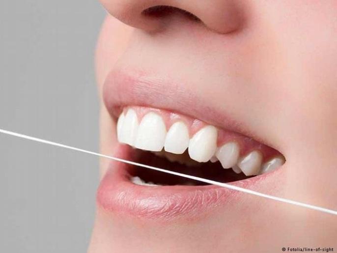 ظهور الدم أثناء تنظيف الأسنان أولى إشارات التهاب اللثة