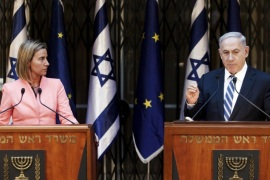 Israeli Prime Minister Benjamin Netanyahu (R) and European Union foreign policy chief Federica Mogherini address the media after their meeting in Jerusalem May 20, 2015. Netanyahu renewed his commitment on Wednesday to a two-state solution of the Israeli-Palestinian conflict, after backtracking on that pledge during a heated campaign for a March election. REUTERS/Dan Balilty