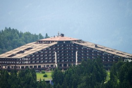 The Interalpen-Hotel Tirol, venue of the Bilderberg conference, is pictured on June 14, 2015 near Telfs, Austria. The Bilderberg group, which brings together international leaders from politics, high finance, business and academia holds its highly exclusive annual meeting in a luxury hotel in the Austrian Alps.  AFP PHOTO / CHRISTIAN BRUNA